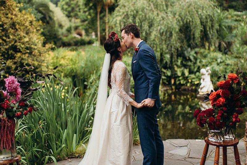 Couple kissing fitzroy Garden