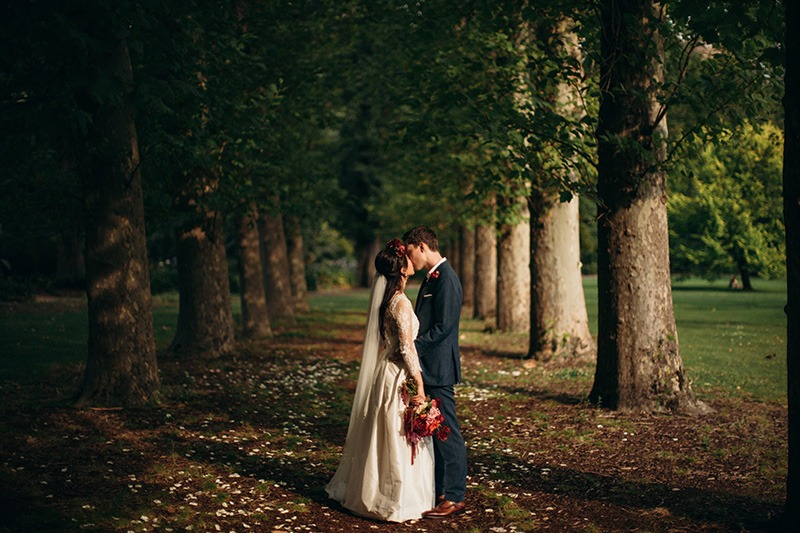 couple kissing in fitzroy gardens